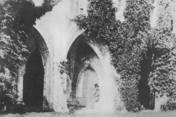 """England monastery in Lacock Abbei 1844 by Talbot"" by Henry Fox Talbot - books (источники: Сергей Александрович Морозов. Творческая фотография. М.:Изд-во «Планета», 3-е изд., 1989, ISBN 5-85250-029-1). Licensed under Public Domain via <a href=""https://commons.wikimedia.org/wiki/File:England_monastery_in_Lacock_Abbei_1844_by_Talbot.jpg#/media/File:England_monastery_in_Lacock_Abbei_1844_by_Talbot.jpg"" target=""_blank"">Wikimedia Commons</a>"
