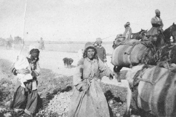 Refugees on Igdir road © Armenian National Institute, Inc. Elder Photo Collection