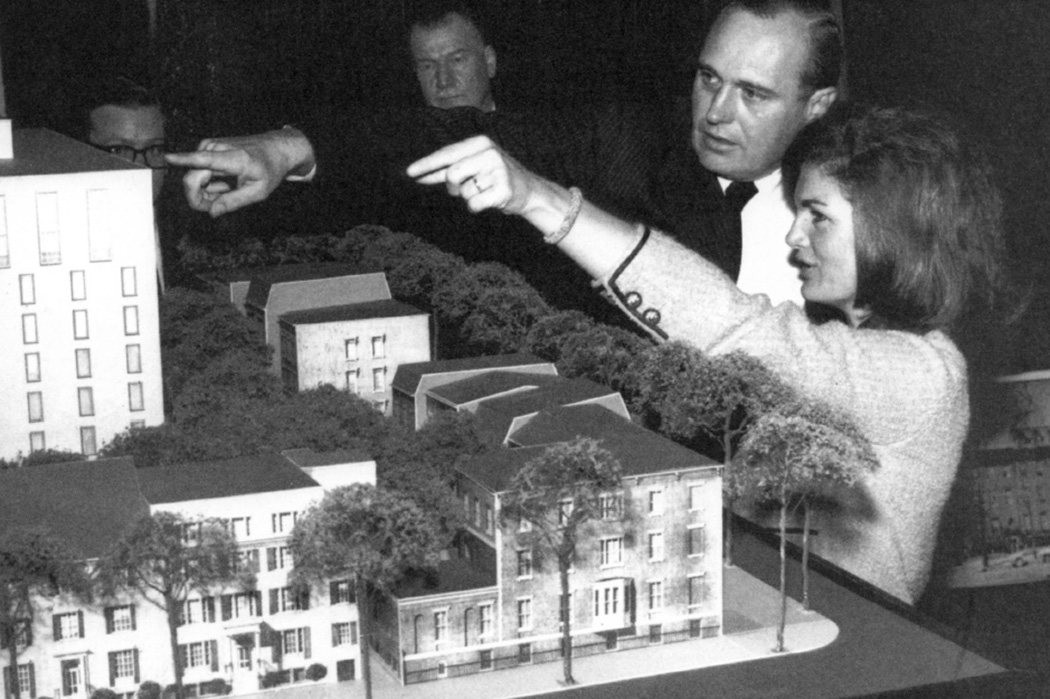 John Carl Warnecke and First Lady Jacqueline Kennedy discuss plans for Lafayette Square and the New Executive Office Building in September 1962.