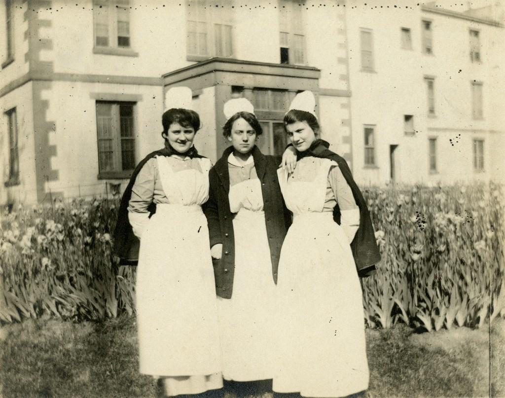 Three unidentified student nurses, c. 1903-1904